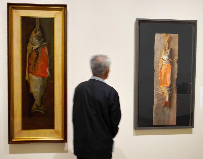 スーパーリアリズム作品の一つ、高橋由一の「鮭」(左)とオマージュ作品=平塚市美術館