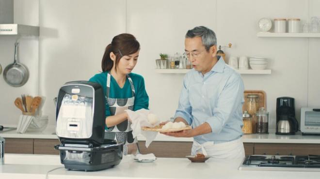 みそおむすびを作る尾野真千子さん(左)と土井善晴さん