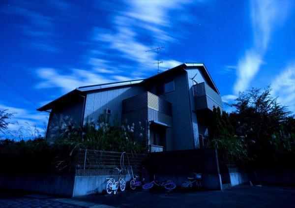 中間貯蔵施設の建設予定地で、間もなく取り壊される住宅。家の前には子供用の自転車が残る=福島県双葉町