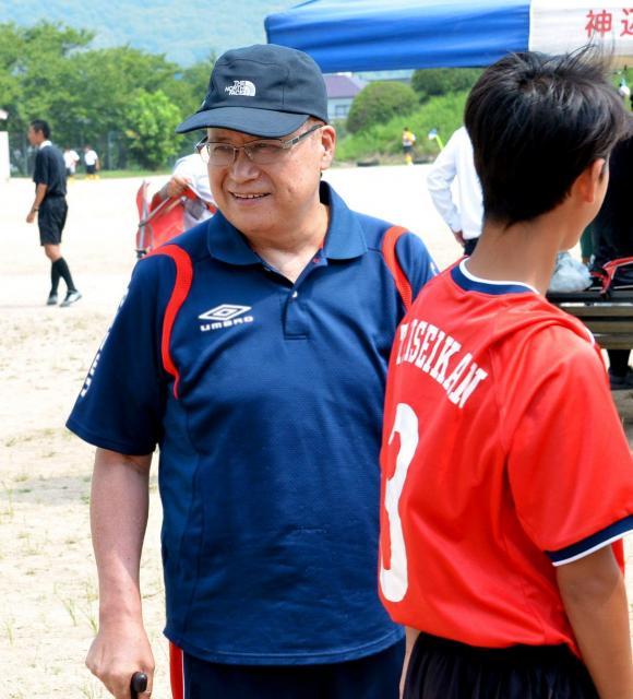 闘病中に一時退院し、大成館中学校のサッカー部の試合を観戦した友道健氏さん=8月8日、広島県福山市