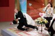 ベトナム版「新婚さんいらっしゃい!」でこける司会者=朝日放送提供
