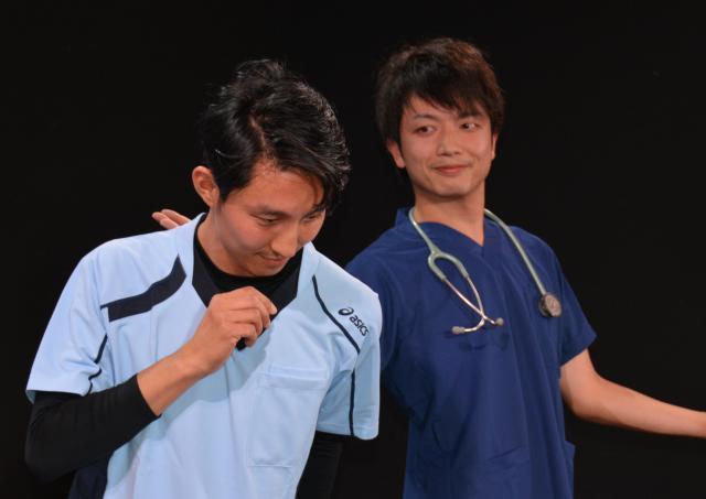 スポーツメーカーのアシックスと共同企画で作られた看護師服(手前)