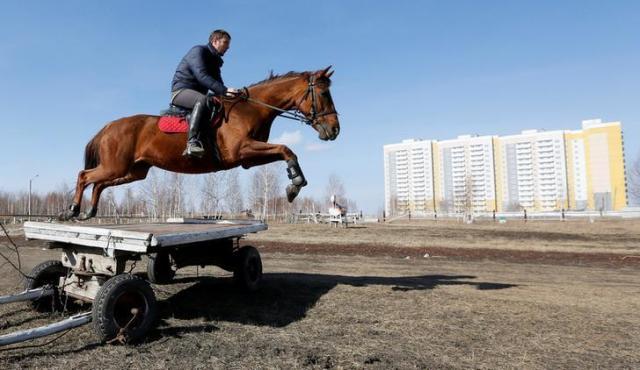 クラスノヤルスクで乗馬をする男性=ロイター