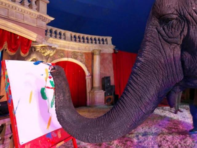 絵を描く象=ハンガリー・ブタペスト、ロイター