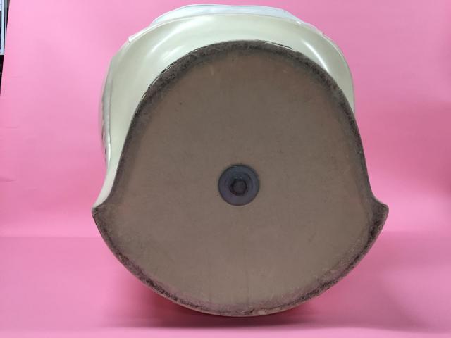 桂文枝さん専用椅子の底面。円形に近い曲線の形状が「コケやすく」「転がりやすい」要因だという=朝日放送提供