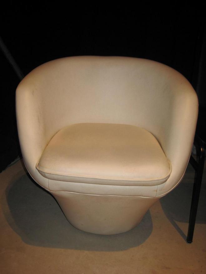 ベトナム版の椅子。朝日放送の美術担当者が驚くほど再現されている=朝日放送提供