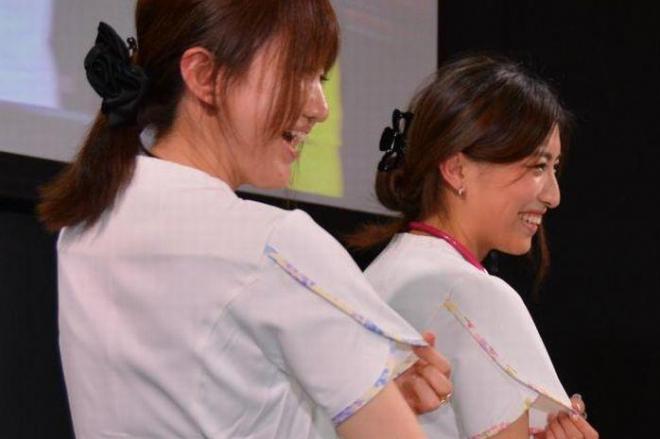 英国のブランド、ローラ・アシュレイと共同企画で作られた看護師服を披露。この日のイベント用に提供された