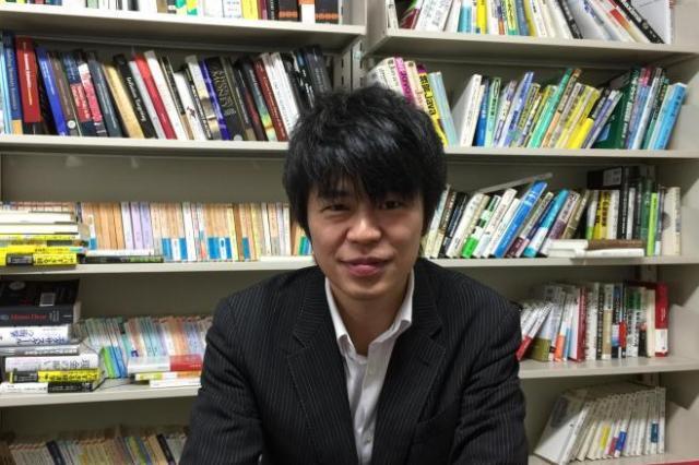 駒沢大学の井上智洋准教授=2017年10月24日