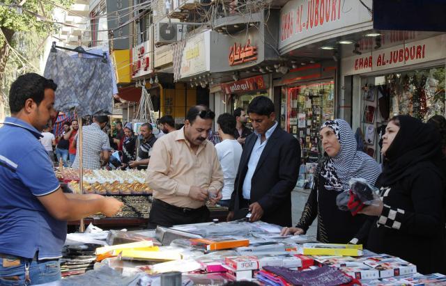 イラク・バグダッドで買い物をする人たち=2013年10月