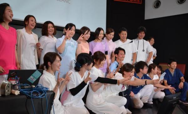ファッションショーに参加した看護師たち