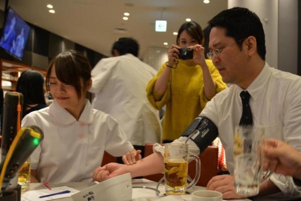 乾杯直後に各テーブルで始まる血圧測定