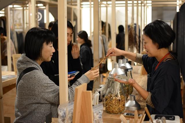 角材で仕切られたスペースを使い、小さな店が並ぶマーケット・スペース「STAND GINZA/80」=東京都中央区銀座3丁目