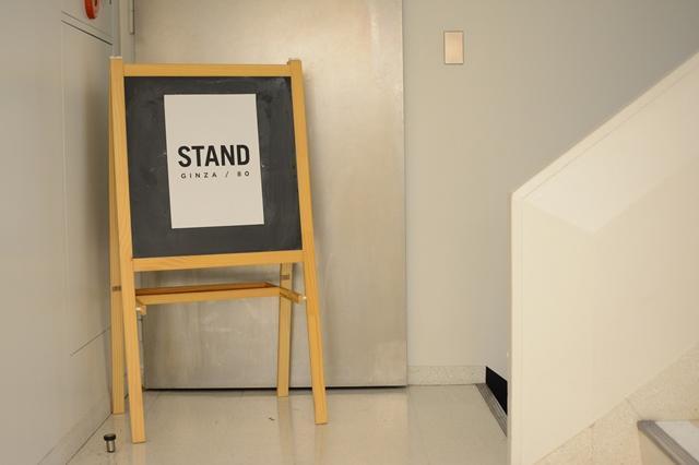 ビル1階にある看板。この階段を降りていくと、マーケット・スペース「STAND GINZA/80」がある