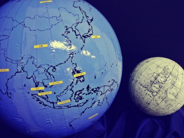 地球儀をモチーフにしたテプラアート