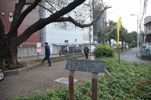 今は駐車場の旧幡ケ谷駅