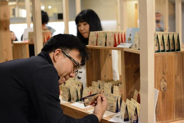 各店舗を回り、商品を品定めする江口晋太朗さん