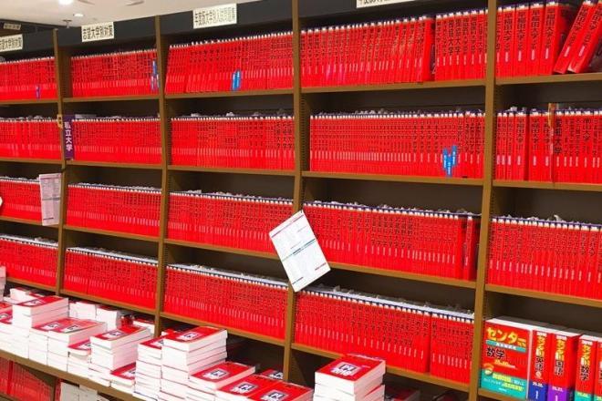 こちらがツイートに添付された画像。「赤本」がズラリと並んだ書店の棚を秋の紅葉に見立てている
