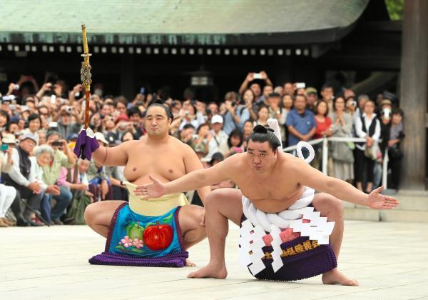 不知火型の土俵入りを初披露する日馬富士=2012年9月28日