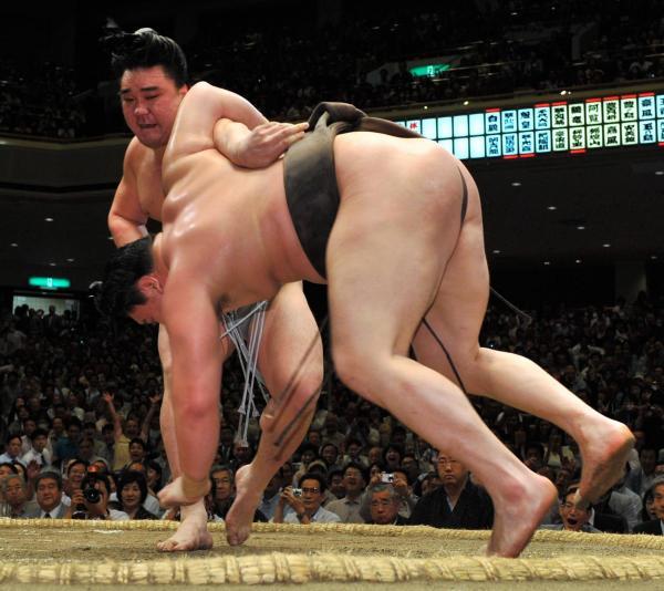 優勝決定戦で白鵬を破り、初優勝を決める日馬富士=2009年5月24日