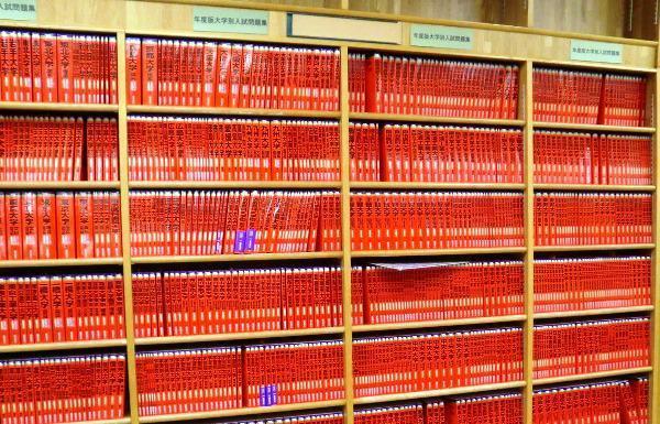 こちらが紅葉に見立てた最初の投稿。2015年1月に「本は紙から、紙は木から出来ています。だから、秋から冬にかけて、本屋も真っ赤に紅葉するのですっ!」という文言で投稿された