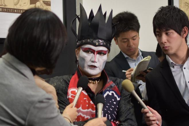 報道陣の取材に答えるデーモン閣下=阿部健祐撮影