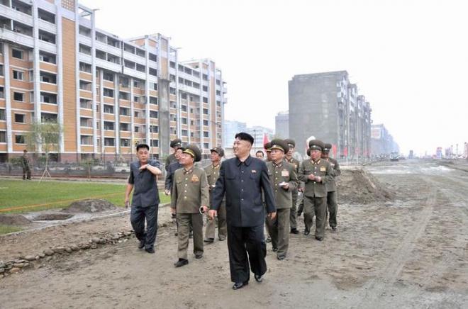 アパートの建設現場を視察する金正恩氏=2013年8月、ロイター