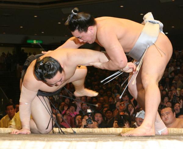 朝青龍は上手投げで安馬(現日馬富士)に敗れ3敗目を喫する =2006年1月20日