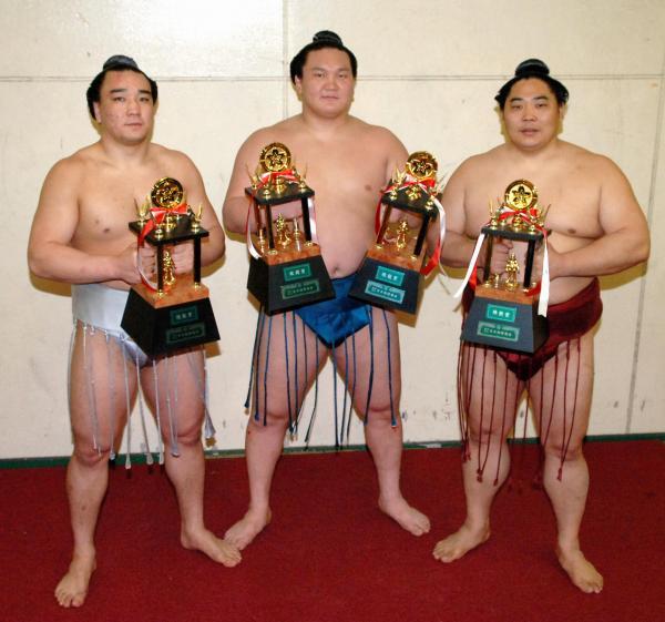 2006年の大阪場所で技能賞を受賞した安馬(現日馬富士)(左)と白鵬(中)と旭鷲山(右)