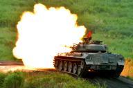 砲撃する74式戦車=2015年8月23日、静岡県御殿場市の陸上自衛隊東富士演習場、仙波理撮影