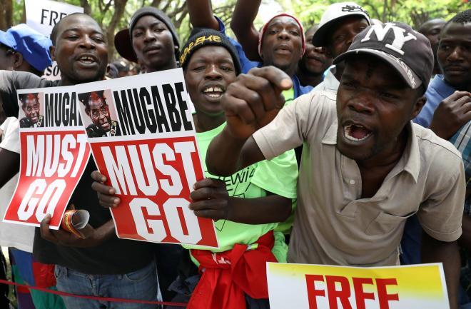 ジンバブエの首都ハラレで、ムガベ氏の退陣を求める市民ら=2017年11月21日