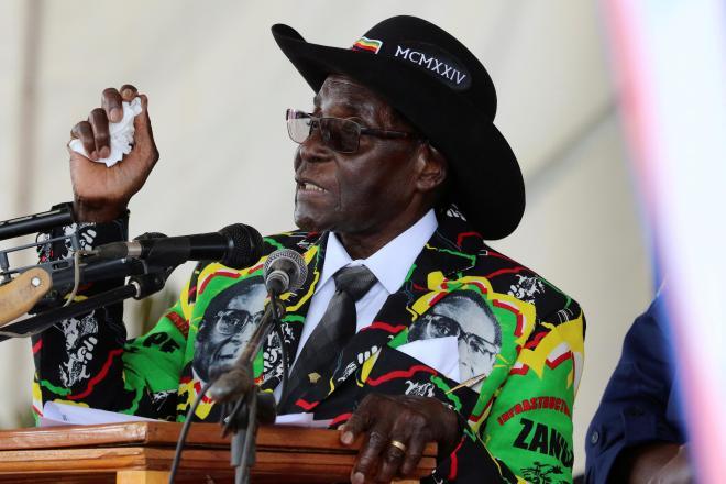 93歳の誕生日を祝い、自分の顔写真をあしらったスーツを着て演説するジンバブエのムガベ前大統領=2017年2月25日