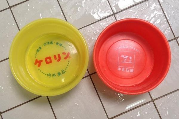 京都の銭湯「玉の湯」で盗まれたものと同型の桶。左がケロリン、右が牛乳石鹸