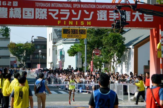 豊橋であったドラマ「陸王」撮影。大勢のエキストラたちが盛り上げた=2017年9月24日、豊橋市