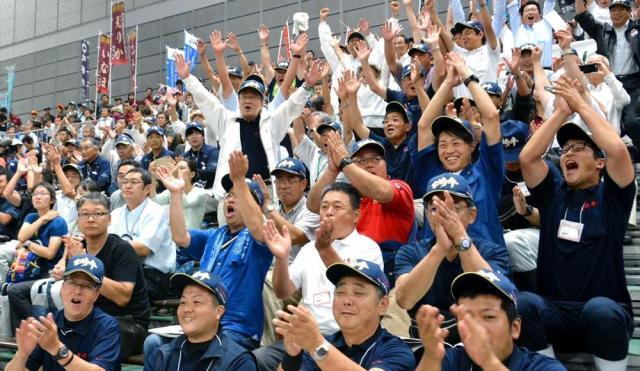 歓声を送る「チーム宮崎」の客席=仙台市