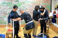 9月15日は関ケ原の戦いがあった日にちなんだ甲冑の無料レンタルサービスがあり、多くの観光客が集まった=2017年9月15日、関ケ原町関ケ原