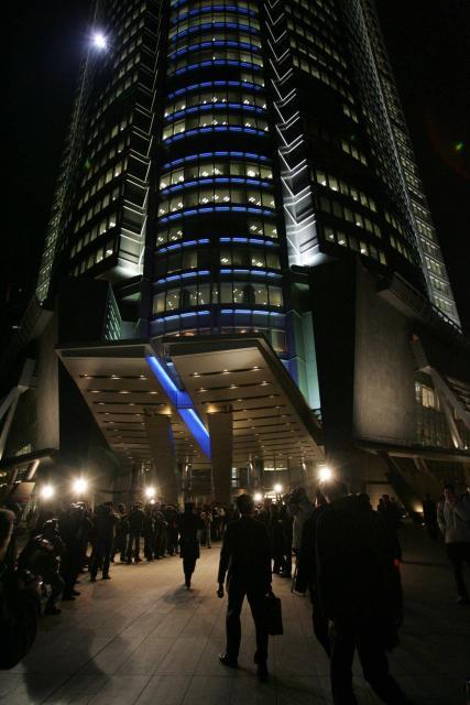 ライブドアのある六本木ヒルズに家宅捜索に入る東京地検特捜部の係官ら=2006年1月16日