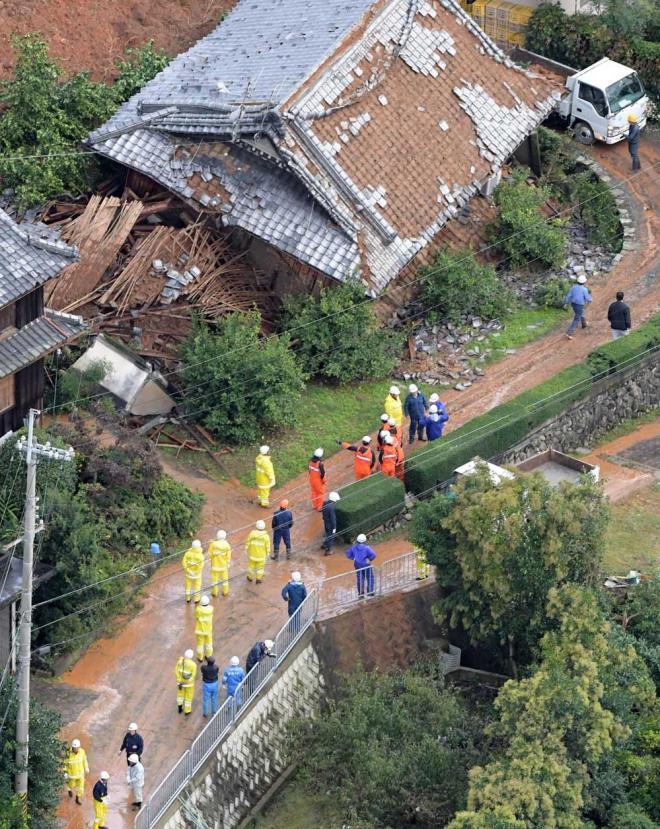 土砂が入り込んだ住宅の周辺で救助作業が進められていた=10月23日午前、和歌山県紀の川市、加藤諒撮影