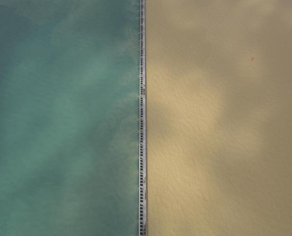 堤防を境にくっきりと二色に分かれた大阪湾=10月23日午前、本社ヘリから、加藤諒撮影