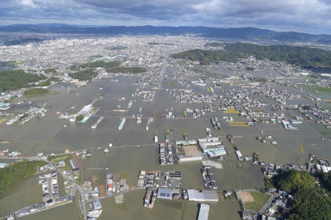 広範囲にわたって水没した地域を広角レンズで撮影した=10月23日午前9時38分、和歌山市、加藤諒撮影