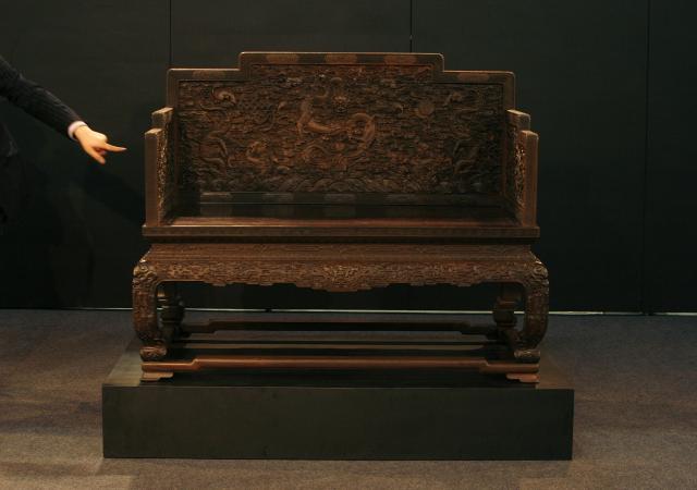 1107万ドル(約12億円)で落札された乾隆帝の紫檀木の御座=2009年10月、香港