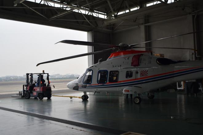 伊丹空港にある朝日新聞社の格納庫から運び出される本社ヘリ「あかつき」=加藤諒撮影
