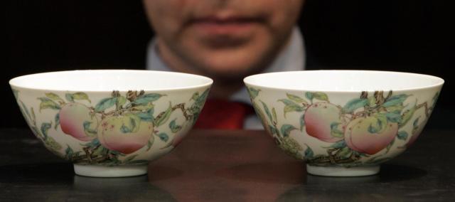 清王朝の雍正帝の桃文様の対のお椀、オークションでの落札額は5072万香港ドる(約7億3千万円)=2007年5月、香港