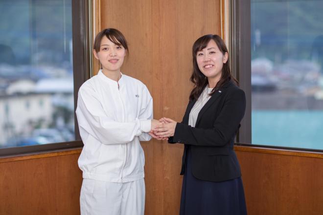 リョーユーパンのパン開発担当・村山未和さん(左)と、ハウス食品福岡支店の桒原萌絵さん(右)