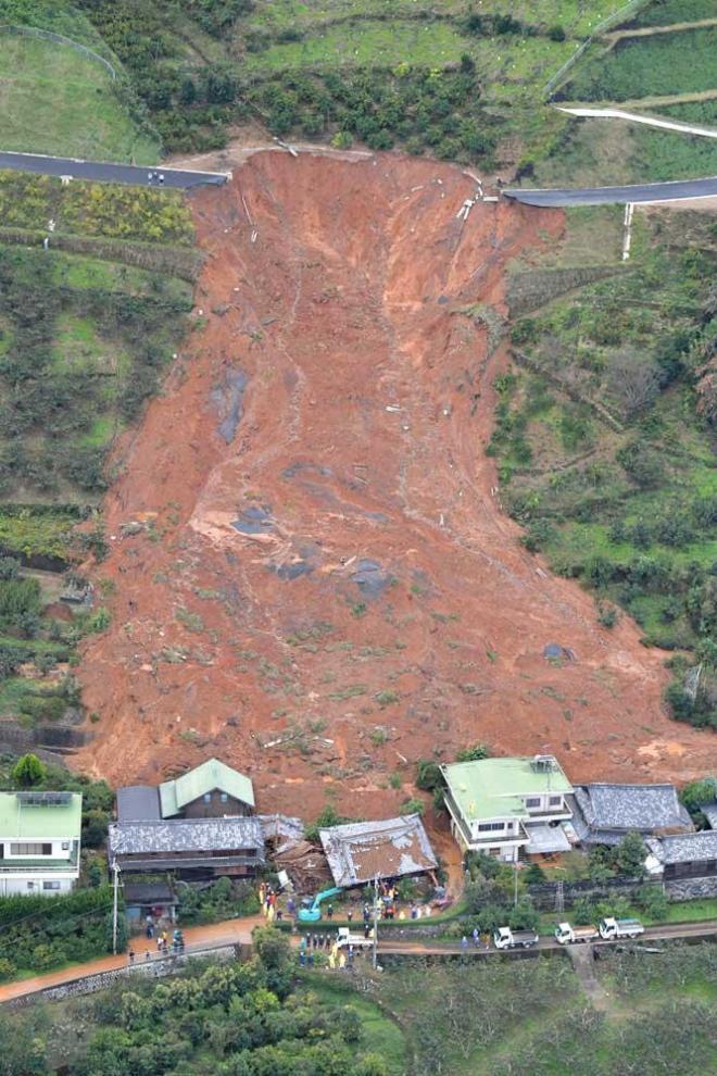 土砂が流れ込んだ住宅=10月23日午前9時49分、和歌山県紀の川市、加藤諒撮影