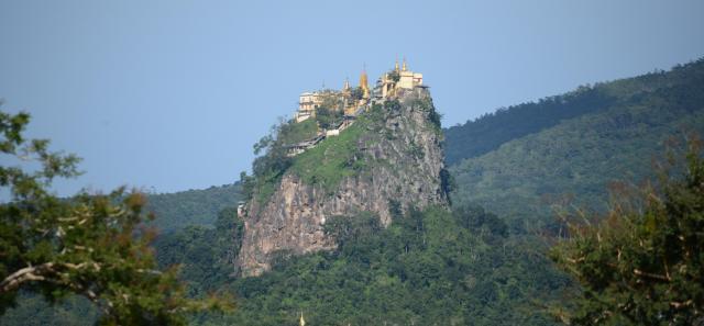 チャウパダウンは「山の上に建つパゴダ(仏塔)」などが有名で、観光スポットとしても人気=2017年10月