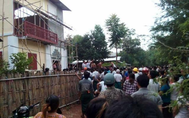 「モスク建設中」のうわさを聞きつけた人たちが、建設現場に集まってきたという。その数は数千人にのぼった=2017年7月27日、ミャンマー中部チャウパダウン地区