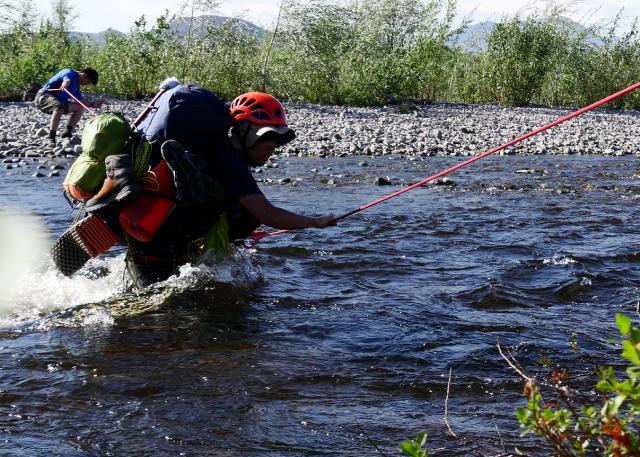 ロープをたぐりながら川を渡る=2017年8月17日