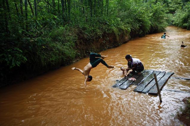 ミャンマーのシャン州、地元の男の子が川に飛び込んでいる=2013年9月、ミャンマー