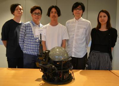 AI-CD β(手前中央)と、マジパンの所属レーベル・ポニーキャニオンの島村譲さん(奥中央)、折茂彰弘さん(同左から2人目)らマッキャン・ワールドグループ傘下各社によるプロジェクトの仕掛け人たち。5人全員が20、30代=東京都港区