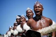 ダンス大会で元気よく歌うズールー族の若者たち=2017年3月、ダーバン、南アフリカ